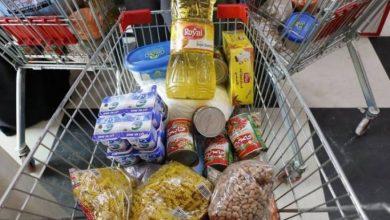 Photo of تحتوي السلّة الغذائية الواحدة على العديد من الأصناف اللازمة من زيت وسيرج وأرز وسكر